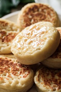 Learn how to make these easy English crumpets for afternoon tea or breakfast. Enjoy a relaxing cup of tea and these delicious homemade crumpets. Bakery Recipes, Cooking Recipes, English Crumpets, Homemade Crumpets, English Food, English Recipes, Crockpot, Bread Cake, Breakfast