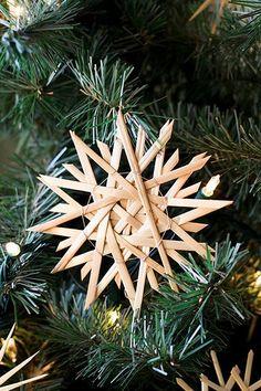 the scandinavian christmas market Straw Weaving, Weaving Art, Star Ornament, Xmas Ornaments, German Christmas Ornaments, Yule, Christmas Projects, Christmas Time, Scandinavian Christmas