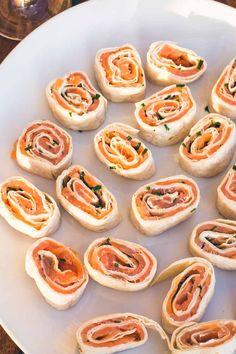 Verdens bedste og mest populære forret: lakseroulade med cream cheese og purløg! Tapas, Snacks Für Party, Veggie Recipes, Doughnut, Falafel, Meal Prep, Picnic, Food Porn, Food And Drink