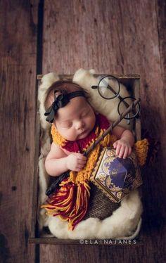 Harry Potter-Fotos - Fotografie ideen - naissance part naissance bebe faire part felicitation baby boy clothes girl tips Harry Potter Baby Shower, Harry Potter Nursery, Harry Potter Theme, Harry Potter Baby Costume, Foto Baby, Newborn Pictures, Cute Baby Pictures, Cute Babies Pics, Newborn Pics