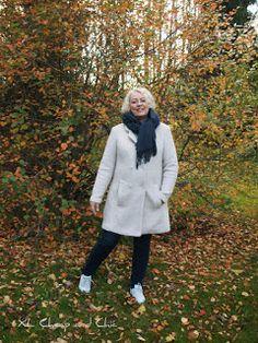 XL Cheap   Chic  Luonnonvalkoinen syystakki ja valkoiset tennarit -. df55b0a0bf