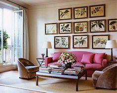 パリ・アパルトマンのインテリアに欠かせないのがアート作品のディスプレイ。こんな風に植物の図鑑のような絵画を壁に散りばめると、観葉植物がたくさん飾られているかのよう。ソファのヴィヴィッドなピンクも、シンプルな部屋のアクセントになります。