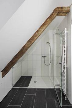 Dusche im Dachgeschoss: Klassisch Badezimmer von Beat Nievergelt GmbH Architekt