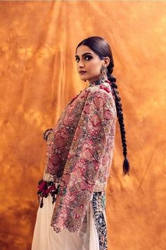 Unconventional drapes by fashionista Sonam Kapoor Ahuja! Churidar, Anarkali, Lehenga, Sabyasachi, Sarees, Bollywood Saree, Bollywood Fashion, Bollywood Actress, Off White Saree