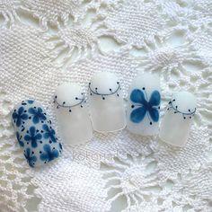 イッタラの大人気デザイン、モナミの青い花をモチーフに。透け感のあるマットなホワイトが陶器の質感を思わせます。