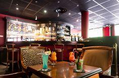 Situé dans l'Hôtel Marso, le Sofy's Bar vous accueille dans une atmosphère cosy et chaleureuse, aux couleurs de la girafe. Venez profiter de la soirée piano-bar organisée tous les vendredi soirs, vous permettant de découvrir des musiciens et chanteurs locaux. Un large choix de boissons vous permettra de passer une excellente soirée.
