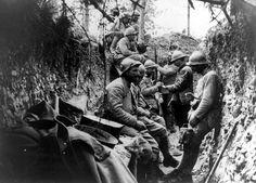 Horrible guerre ! Sur le champ de bataille de Verdun, un immense cimetière témoigne encore de la violence des combats qui s'y sont déroulés. 700 000 soldats français et allemands sont tombés sur un front de 30 kilomètres. Des millions d'obus ont complètement bouleversé le terrain et détruit des villages entiers. On trouve encore aujourd'hui de nombreuses traces de ces combats.
