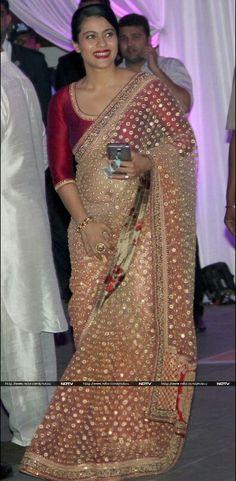 Kajol in Sabyasachi. That's a gorgeous saree/blouse combo. Bollywood Designer Sarees, Bollywood Saree, Bollywood Fashion, Trendy Sarees, Stylish Sarees, Indian Dresses, Indian Outfits, Kajol Saree, Modern Saree