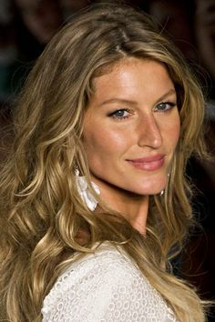 Gisele Bundchen: capelli bronde e beach waves che fanno tendenza - Grazia. Gisele Bundchen, Curled Hairstyles, Summer Hairstyles, Cool Hairstyles, Hairstyles Haircuts, Best Short Haircuts, Cool Haircuts, Haircuts For Big Noses, Big Nose Beauty