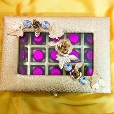 A perfect gift for wedding distribution. Exclusive golden box with metallic flower brooch. Facebook.com/1stchoicegift Homemade Chocolates, Trousseau Packing, Money Envelopes, Flower Brooch, Wedding Gifts, Metallic, Fancy, Facebook, Box
