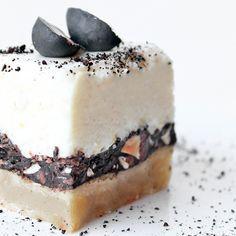 Marcipankage med citronmousse, lakridsmandler og chokolade (Recipe in Danish)