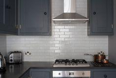 Вытяжка на кухне – это не только отсутствие жира на стенах и неприятных запахов в доме. Она продлевает свежесть ремонту и позволяет сэкономить немало средств на отделочных материалах. Виды вытяжек: ✏ Подвесные. Имеют компактный вид. Отлично вписываются в современные стили интерьера благодаря лаконичному дизайну и строгим очертаниям с четкими линиями. ✏Купольные – каминные. Для улавливания воздушных потоков применяется купол, по своей форме напоминающий очертания камина. Отлично подходят к…