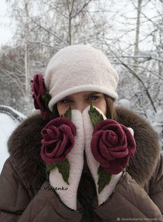 Комплект валяный шапочка и варежки С розами – купить в интернет-магазине на Ярмарке Мастеров с доставкой