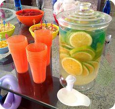 Água Saborizada em Copos Coloridos para Festa na Piscina