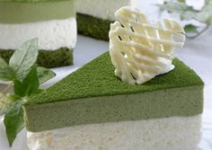 Green Tea and White Chocolate Mousse Cake. Not only is this a stunning cake - I think it maybe the perfect way to try matcha. Will need to translate ingred from grams. White Chocolate Mousse Cake, Chocolate Cream, Chocolate Cakes, Crema Fresca, Lime Cake, Green Tea Latte, Caking It Up, Fresh Cream, Round Cakes