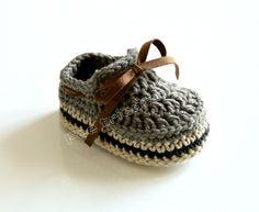 Chaussons tricotés, mocassins bébé (MARRON) est une création orginale de feetricoteuse sur DaWanda