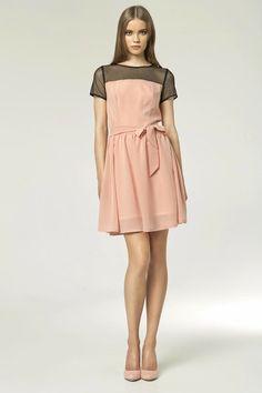 Petite robe rose poudré, manches courtes, avec empiècement en tulle.