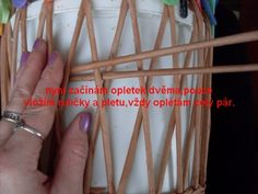 looks like twining to keep crossed spokes in position Willow Weaving, Basket Weaving, Paper Wall Art, Paper Weaving, Newspaper Crafts, Paper Basket, Cardboard Crafts, Pattern Paper, Diy Paper