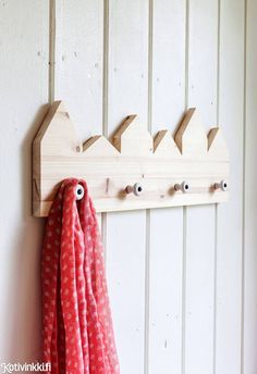 Nikkaroi naulakko | Kotivinkki Wooden Projects, Wood Crafts, Diy Crafts, Amazing Life Hacks, Diy Accessories, Wall Hooks, Make And Sell, Handicraft, Wood Furniture