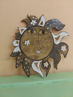 Závěsné+slunce+prořezávaný+ručně+malovaný+obrázek+slunce+šírka+35cm,+výška+35cm Clay Wall Art, Ceramic Wall Art, Clay Art, Pottery Designs, Pottery Art, Dot Day, Pottery Animals, Sun Art, Doodles Zentangles