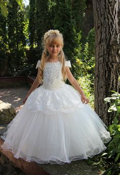 Gorgeous lace Ivory dress with multilayered skirt, corset with lace applique, zipper and lacing. Item material: upper layer of the skirt-