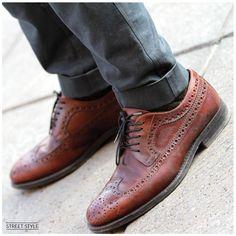 Los zapatos full brogue son clásicos. Combínalos con un pantalón skinny a contraste. - La Gaceta No. 100 - El Palacio Hierro