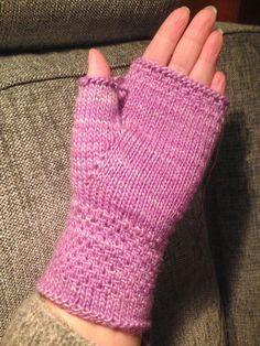 Anette L syr och skapar: Mjukaste mysvanten DIY Fingerless Mittens, Knitted Gloves, Knitting Socks, Knitting Patterns Free, Free Pattern, Gudrun, Wrist Warmers, Textiles, Crochet Flowers