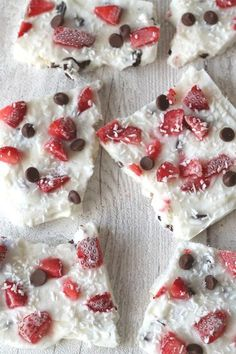 Snack time just got exciting with this low sugar Frozen Yogurt Bark recipe; greek yogurt sweetened with honey & topped with choc chips, strawberries & coconut Yogurt Bark Recipe, Yogurt Recipes, Yummy Yogurt, Yummy Snacks, Healthy Desserts, Healthy Recipes, Healthy Breakfasts, Healthy Meals, Diet Recipes