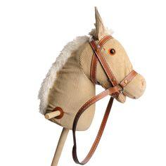 Lichtbruin houten stokpaard met geluid en wieltjes onderaan. Geschikt voor kindjes vanaf 3 jaar. Te vinden bij Sassefras Meisjes Speelgoed voor écht peuter en kleuter speelgoed.