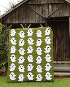 Ghost Quilt Pattern – PDF Ghost Quilt Sew Along Winner! Quilt made by Lisa Morris ( Quilt Pattern by Then Came June and Pen + Paper Patterns. Quilting Projects, Quilting Designs, Sewing Projects, Quilting Ideas, Quilting Patterns, Sewing Hacks, Sewing Ideas, Halloween Quilt Patterns, Halloween Quilts