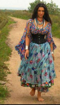 Where does one shop for gypsy clothes such as these?You can find Gypsy clothing and more on our website.Where does one shop for gypsy clothes such as these? Mode Hippie, Bohemian Gypsy, Gypsy Style, Hippie Style, Bohemian Style, Boho Chic, Gypsy Women, Gypsy Girls, Gypsy Costume