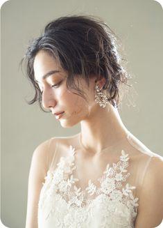 Hear Style, Short Bridal Hair, Brides Room, Muslim Women Fashion, Face Light, Simple Weddings, Wedding Styles, One Shoulder Wedding Dress, Wedding Hairstyles