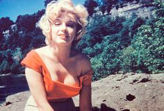 """""""Mesmo de cabelo despenteado enquanto relaxa em uma pausa de trabalho, Marilyn Monroe ainda exibe o mesmo fascínio que encantou tantos homens. Fotografada por um amigo, no auge de seus 27 anos,..."""