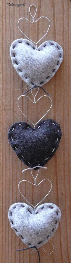 Leuke hartjes gemaakt van vilt en ijzerdraad. Foto geplaatst door InaIna op Welke.nl Heart Day, I Love Heart, Mobiles, Look At My, Knitted Heart, Felted Wool Crafts, Fabric Hearts, My Funny Valentine, Animal Quilts