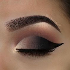 """Straight on look from yesterday using the @hudabeauty rose gold palette Brows: @kelleybakerbrows • Brow defining pencil in """"Brown"""" Eyes: @hudabeauty • textured eyeshadow palette rose gold palette (""""sandalwood"""" """"henna"""" and """"coco"""" in the crease, """"bae"""" """"coco"""" and """"black truffle"""" on the lid, """"moon dust"""" in the inner corner) Liner: @anastasiabeverlyhills • waterproof cream colour in """"jet"""" to fill in just the wing Lashes: @iconalashes • """"make him miss me - midnight"""" Used @morphebrushes to create…"""