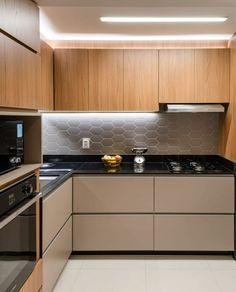A imagem pode conter: cozinha e interiores Kitchen Cupboard Designs, Kitchen Design Open, Luxury Kitchen Design, Interior Design Kitchen, Modern Kitchen Interiors, Modern Kitchen Cabinets, Home Decor Kitchen, Kitchen Modular, Cuisines Design