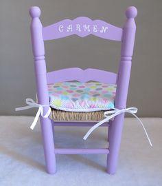 Nuestras sillas de enea infantiles son artesanales, pintadas a mano y personalizadas con el nombre del baby . Además podemos añadirle un cojincito a juego. Son ideales para tu peque o para regalar. Disponemos de dos medidas. ¡A los niños les encantan! #sillademadera#sillaniño#sillapintada#sillapersonalizada Vanity Bench, Chair, Room, Mexico, Furniture, Home Decor, Ideas, Chairs, Painted Kids Chairs