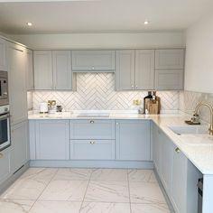 Grey Shaker Kitchen, Grey Kitchen Floor, White Marble Kitchen, Gray And White Kitchen, Shaker Style Kitchens, Grey Kitchens, Home Kitchens, Modern Grey Kitchen, Contemporary Kitchen Cabinets