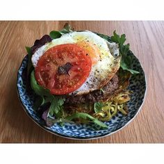 I added avocado and pickled jalapeños!  Bangin Bunless Breakfast Burger (for one)  1/4 pound ground organic grass fed beef  1 cup spiralled sweet potato  2 teaspoons ghee  1 free range egg  Mixed greens Tomato slice  Salt and pepper Nutritional yeast - gluten free! ...