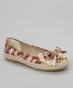 A super-stylish shoe, this pair boasts a floral design and a dashing bow. Little girls will be the coolest on the playground in this fashionable flat.