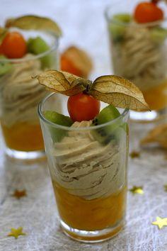 Et voici une nouvelle recette festive pour l'apéro, ça sera la dernière avant Noël ! Aujourd'hui je vous propose des verrines de mousse de foie gras sur une compotée de mangue, et joliment décoré de kiwi et physalis. Une verrine au note très exotique...