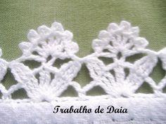 Foto: Trabalho nº 35 - Pano de prato com bico de crochê, com florzinhas.
