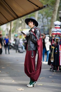 she is fascinating and so is her outfit. #NaYoungKim in Paris.