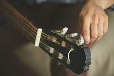 Noi cantanti siamo così. Usare la voce e cantare è come mettersi a nudo di fronte agli altri. Il timore di non essere accettati dagli altri ci spinge a crearci un mondo fittizio, dove si finge di essere superstar per il solo scopo di aver più credibilità. Acoustic Guitar, Superstar, Bracelets, Turning, Jewelry, Icons, Photos, Jewlery, Pictures