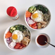 Quinoa kale bibimbap bowls loaded with veggies, sprinkled with sesame seeds and ready to be mixed with gochujang sauce my fav way to eat the rainbow and clean out the fridge ✌️ Bibimbap Bowl, Veggie World, Grand Bol, Poke Bowl, Tasty, Yummy Food, Eat The Rainbow, Food Videos, Quinoa