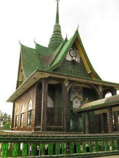 #ARQUITECTURA : Wat Pa Maha Chedi Kaew, en Tailandia, es un templo budista construido de puras botellas de vidrio de cervezas. - BIOTECTURA, BIOCONSTRUCCION - Buscar en Google http://diarioecologia.com/templo-budista-construido-con-mas-de-un-millon-de-botellas-recicladas/