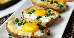 Pečené brambory plněné směsí sýru, česneku a cibulky s vejcem navrchu   Čarujeme