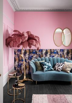 Pink wall, feather palm leaf ornament and teal velvet sofa – House of Fraser Rosa Wand, Federpalmenblattverzierung und blaugrünes Samtsofa – House of Fraser diy intérieure maison mariage Retro Home Decor, Home Decor Styles, Vintage Salon Decor, Teal Home Decor, Quirky Decor, Trendy Home Decor, Romantic Home Decor, Eclectic Decor, Teal Velvet Sofa