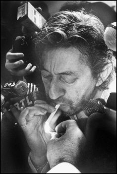 See Serge Gainsbourg pictures, photo shoots, and listen online to the latest music. Serge Gainsbourg, Star Francaise, People Smoking, Jane Birkin, Monochrom, Music Icon, Musical, Belle Photo, Reggae