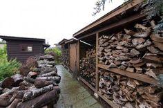 薪は1シーズン2~3トン程を消費。近所で出るという情報があれば、チェンソーを持って駆け付ける。